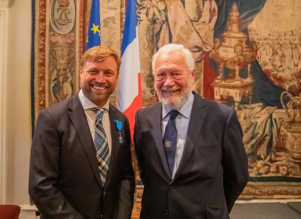 "Alex Thomson and Sir Robin Knox-Johnston ""width ="" 643 ""height ="" 367 ""data-caption ="" Alex Thomson and Sir Robin Knox-Johnston "">                                                    <p>In presenting the award, the French ambassador Jean-Pierre Jouyet stressed that in this way the contribution of the ""great champion Thomson"" to the popularization of the sail – and sports in general was noted. </p> <p>The 45-year-old Briton, for his part, noted that the brightest moments of his sports biography are associated precisely with France – and with the French, whose passionate love for sail is known throughout the world.  </p> <p>The Order of Merit is the fourth most important award of France. In the comments of the French media today it is emphasized that usually this award is given to much older people.</p> </p> <p>                    113 June 14, 2019 # 9130<br />                                                     <br />       <br />     </pre> <p>Chief Editor</p> <!-- relpost-thumb-wrapper --><div class="
