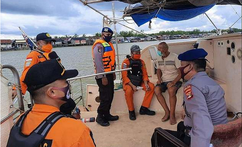 """Novitsky with his border guards """"width ="""" 643 """"height ="""" 367 """"data-caption ="""" Novitsky with his border guards """">                                                    <p>According to the website https://marinersgalaxy.com, the pirates turned out to be professionals in their field: they cleaned the yacht of the Australian Pole as sticky. They took absolutely everything – from documents, money, a cell phone and a walkie-talkie to stocks of water and food, as well as fuel. They even took the helm!</p> <p>The pirates did not touch Tadeusz, but he could only hope for a miraculous salvation – and it came three days later, when a boat of the Indonesian border service discovered a drifting yacht and starving Novitsky.</p> <p>In general, all is well that ends well. But if you find yourself in that area of the planet, be vigilant. Pirates are, alas, not uncommon.</p> <p>Although vigilant, you know yourself, you need to be always and everywhere.</p> <p>                    1282 Yesterday # 10175<br /> <br /> <br /> </pre> <p>Chief Editor</p> <!-- relpost-thumb-wrapper --><div class="""