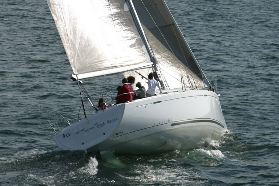 The First 44.7 steering is very balanced, the helmsman has a 1.7m diameter helm